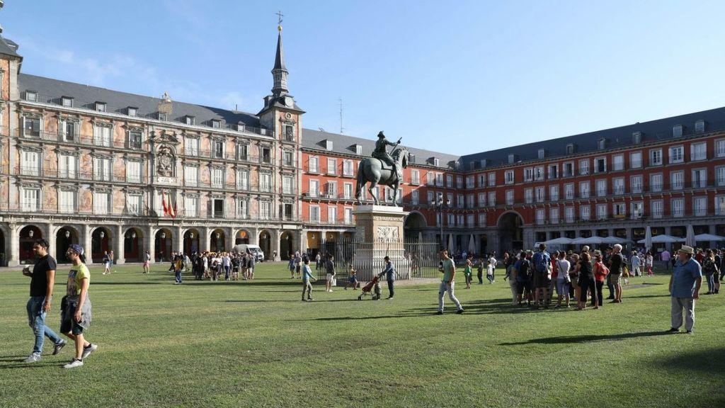 Gente bailando y tomando el sol: el cambio radical de la Plaza Mayor de Madrid con césped