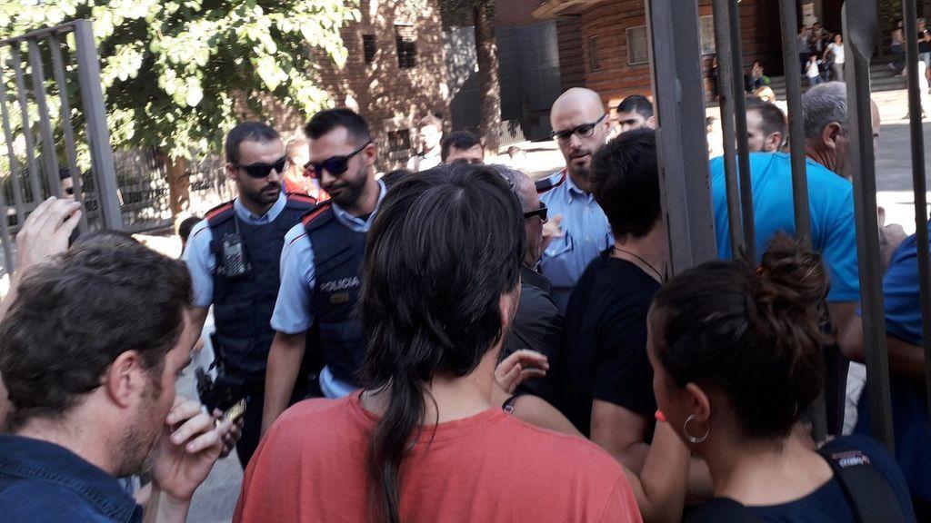Tensión en un colegio del Raval por la presencia de los Mossos en la puerta