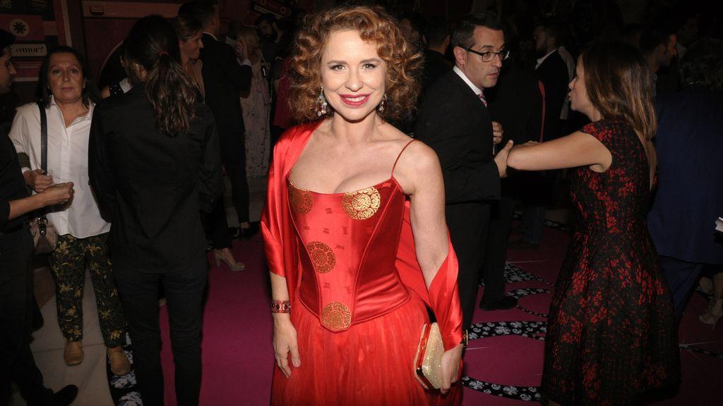 Vicky Larraz, una espectacular mujer de rojo