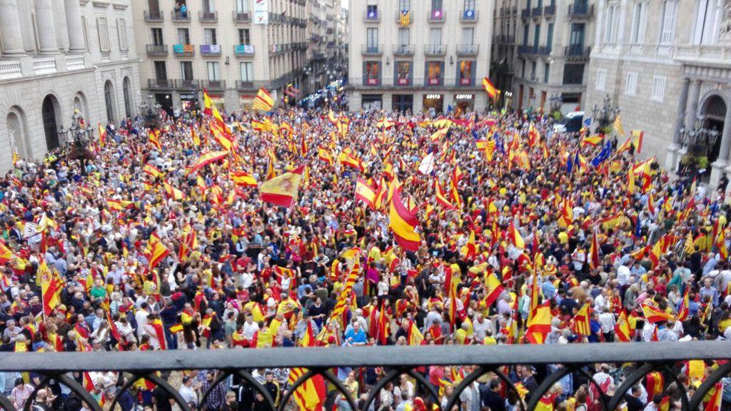 """Miles de personas se manifiestan en la Plaza Sant Jaume al grito de """"no votarem"""""""