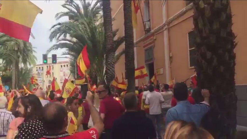 Una masiva concentración en apoyo a la Guardia Civil en Alicante: 'No estáis solos'