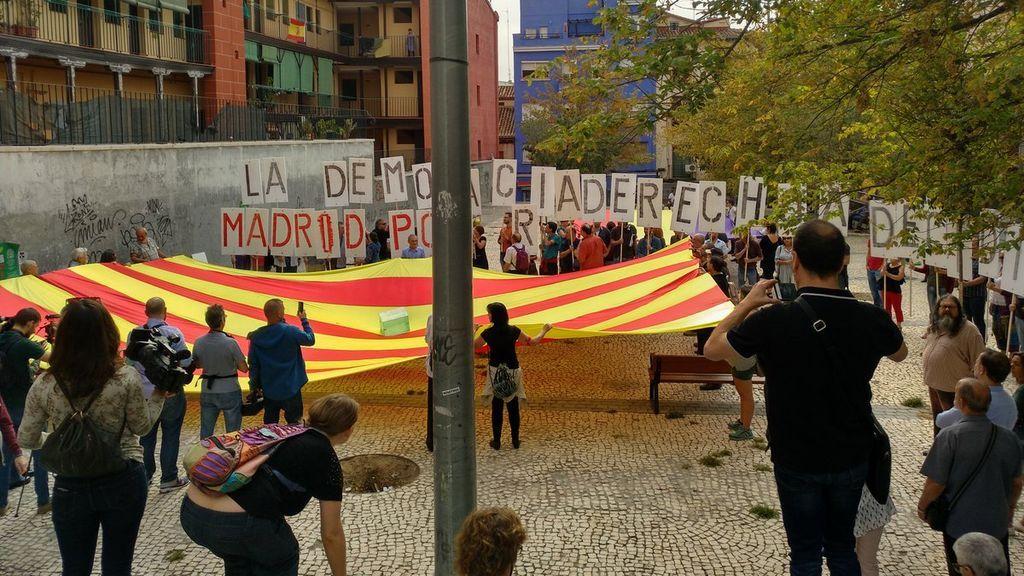 Despliegan una gran señera en un plaza de Lavapiés a favor del referéndum