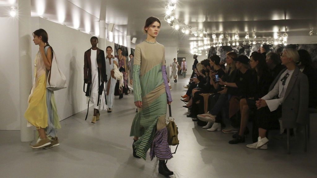 Modelos desfilando para la colección de primavera-verano 2018 de Loewe