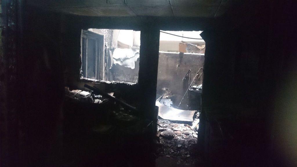 Desalojan un edificio de diez pisos calcinado en Picassent (Valencia)