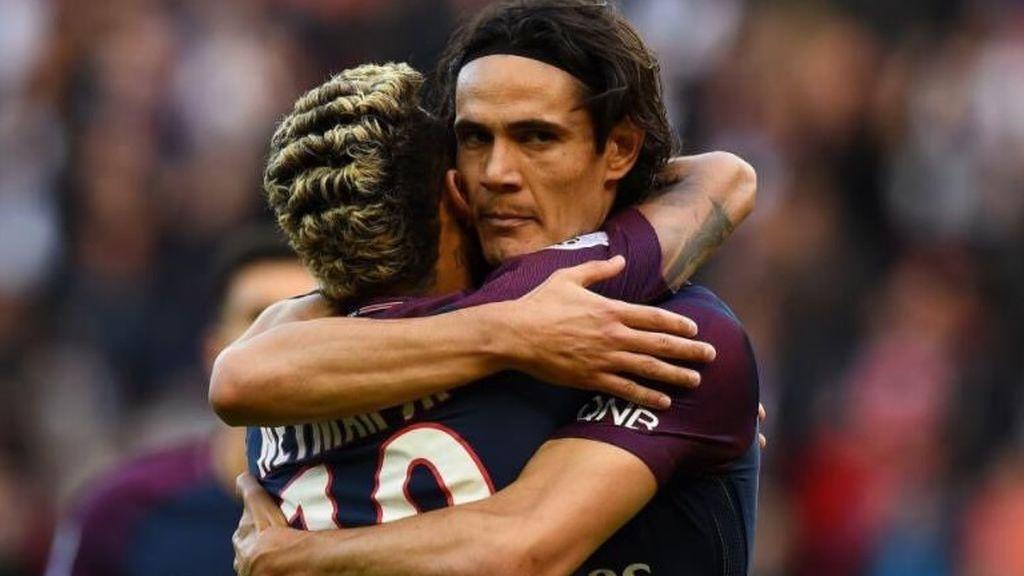 Neymar y Cavani firman la paz con un abrazo tras un gol de penalti del brasileño