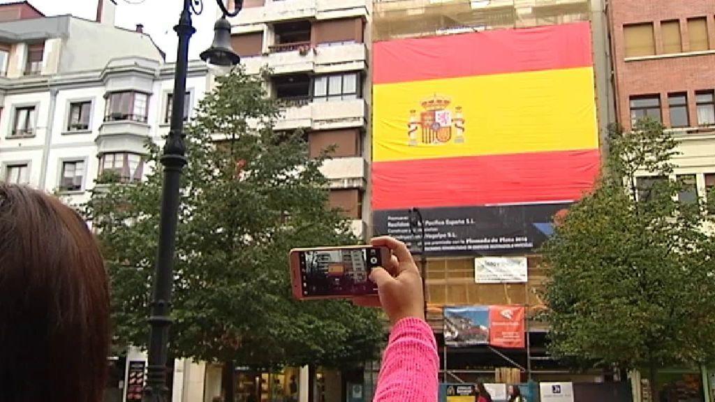 Instalan una bandera de España gigante en el centro de Gijón