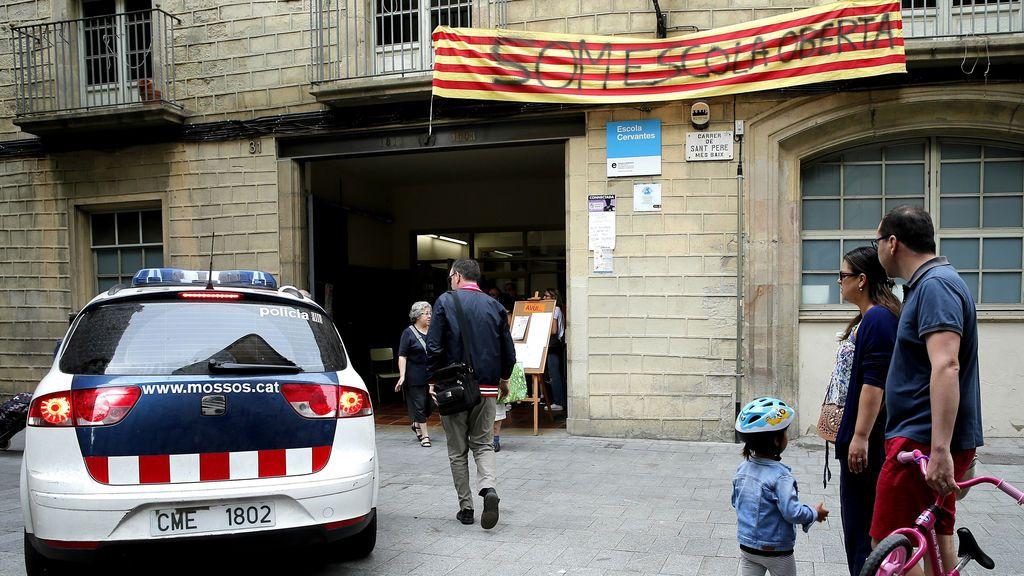 Los Mossos notifican que los colegios tienen que ser desalojados antes de las 06.00 horas del domingo