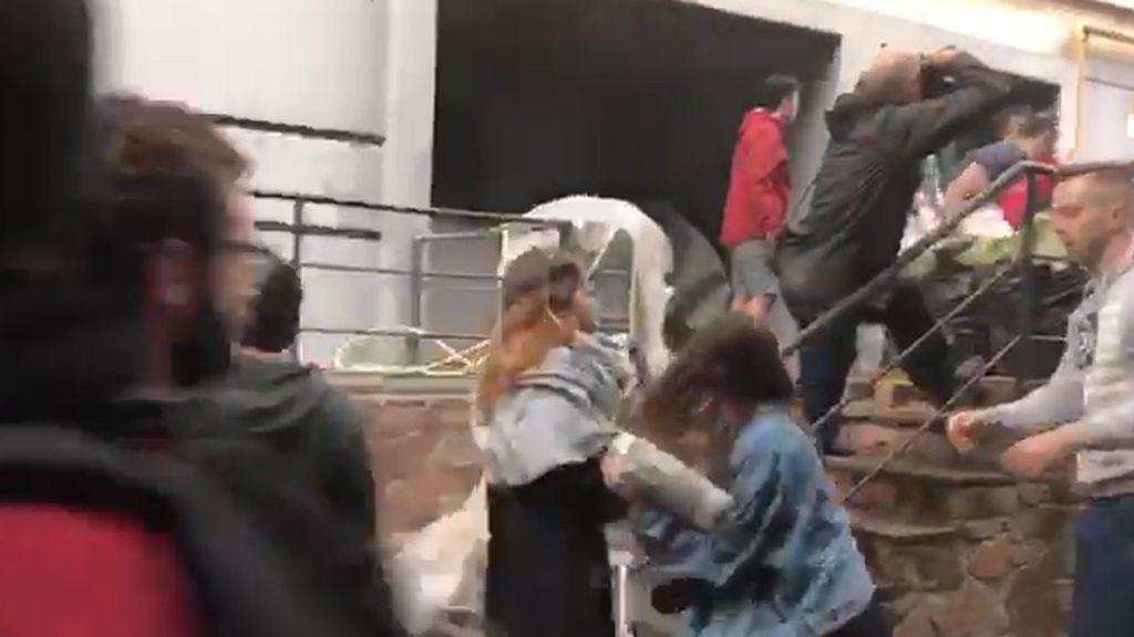 Barricadas para tratar de impedir la entrada de la policía en la Escuela Industrial de Barcelona