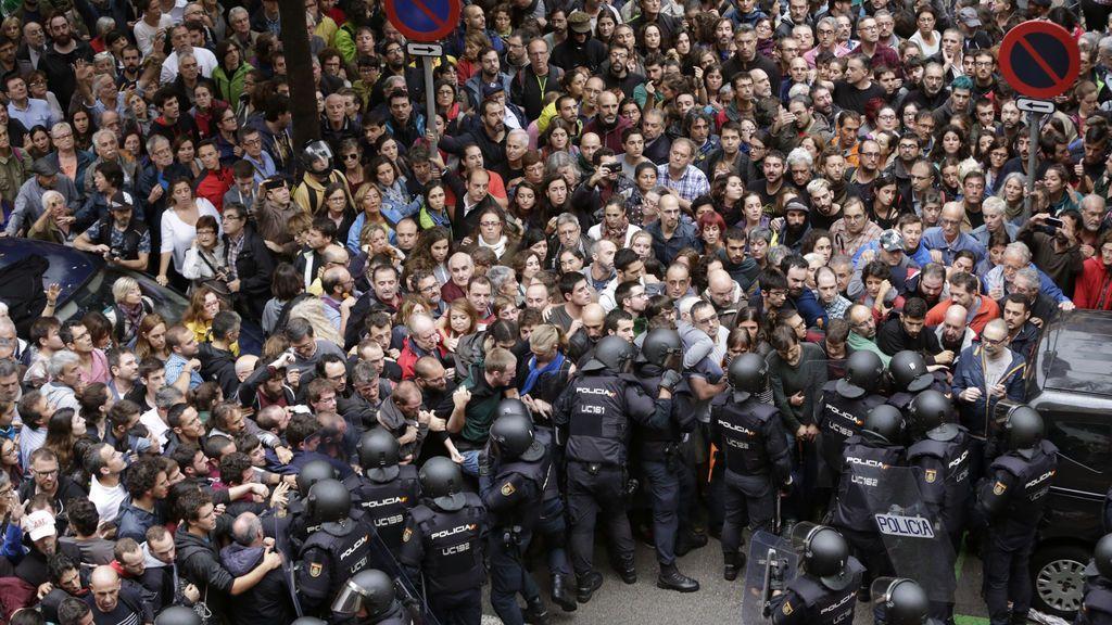 Tensión y forcejeos a la entrada del instituto Ramón Llul de Barcelona