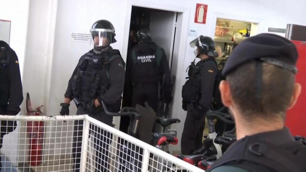 Referéndum 1-O: La Guardia Civil entra con mucha dificultad  en el colegio en el que iba a votar Puigdemont