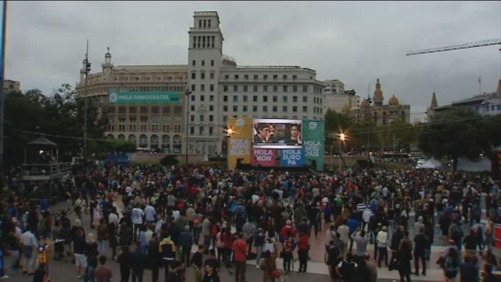 Miles de personas se concentran en Plaza Cataluña para celebrar el éxito del referéndum