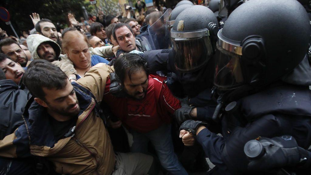 Enfrentamientos y disparos de pelotas de goma en los colegios de Barcelona
