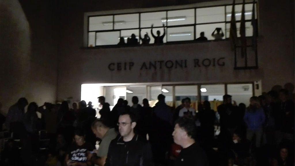 Más de 300 personas esperan para votar desde la madrugada  en el CEIP Antoni Roig de Torredembarra