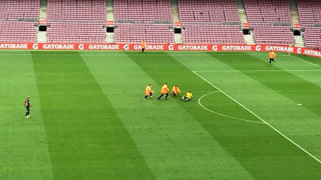 Salta un espontáneo al césped del Camp Nou con una camiseta a favor de la Independencia