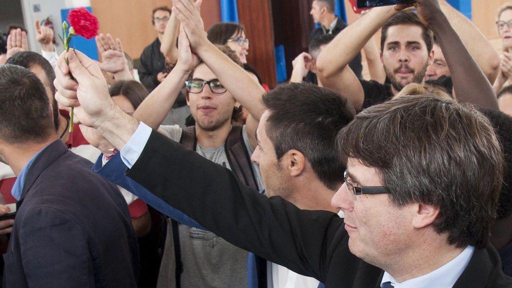 Los políticos independentistas presumen de votar y critican la actuación policial