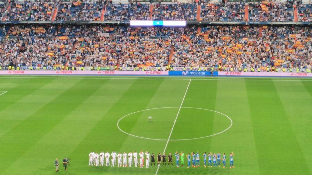 El Bernabéu se llena de banderas de España tras el Referéndum catalán