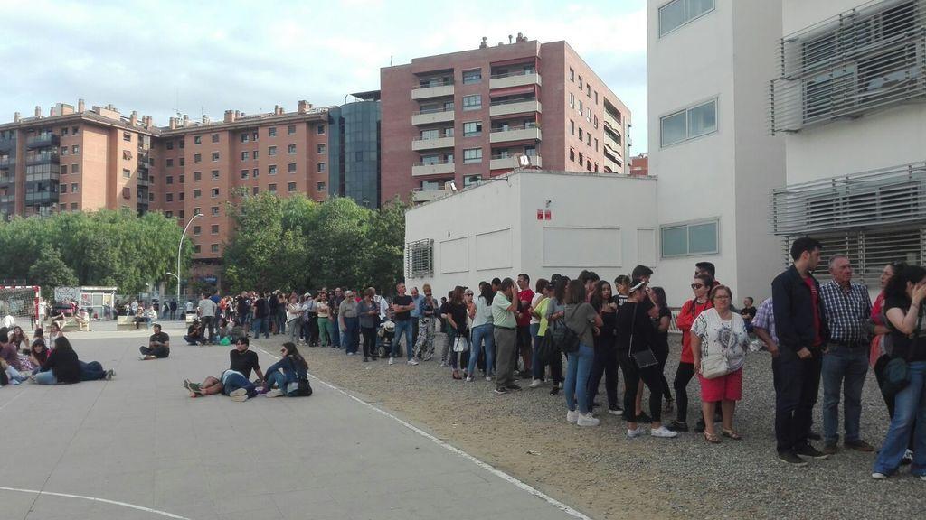Largas colas en el principal colegio de Tarragona para votar en el referéndum