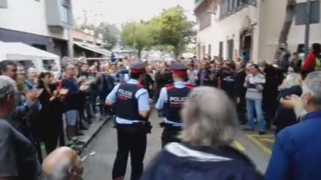 Flores y aplausos para los Mossos en los puntos de votación