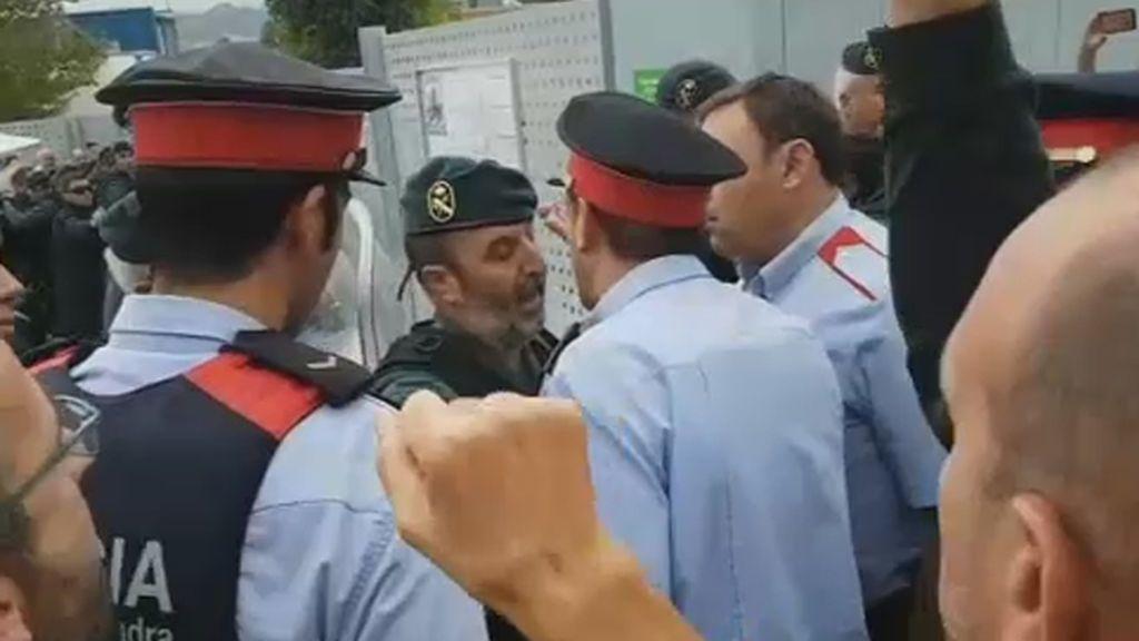 Agentes de los Mossos y de la Guardia Civil se encaran
