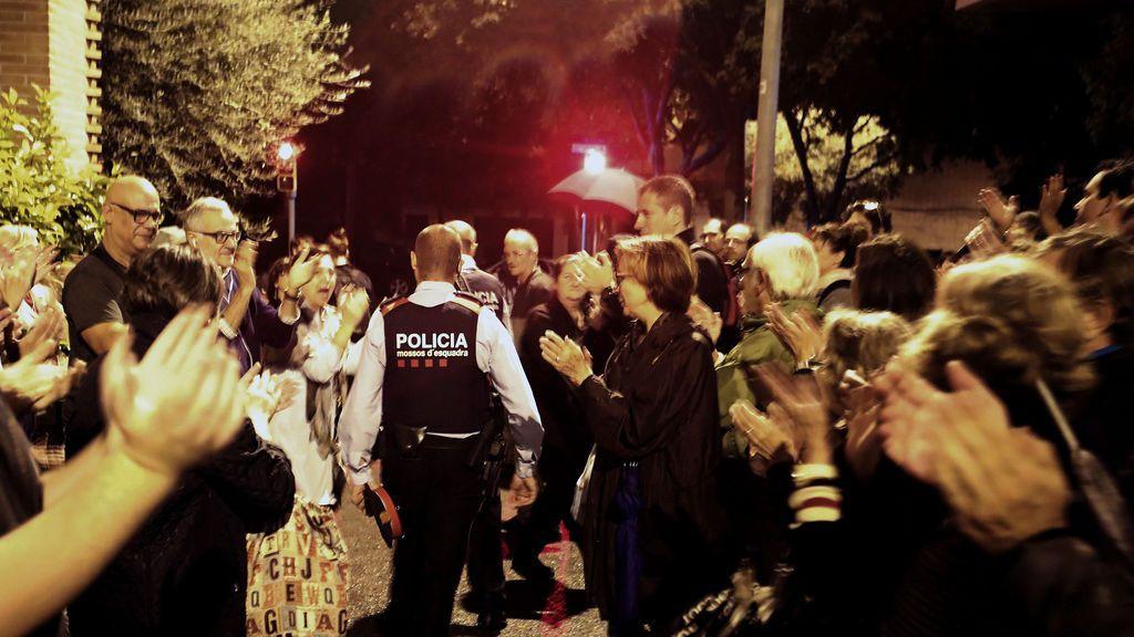 Referéndum 1-0:  Los Mossos vitoreados y aplaudidos en Vic al no cerrar un colegio
