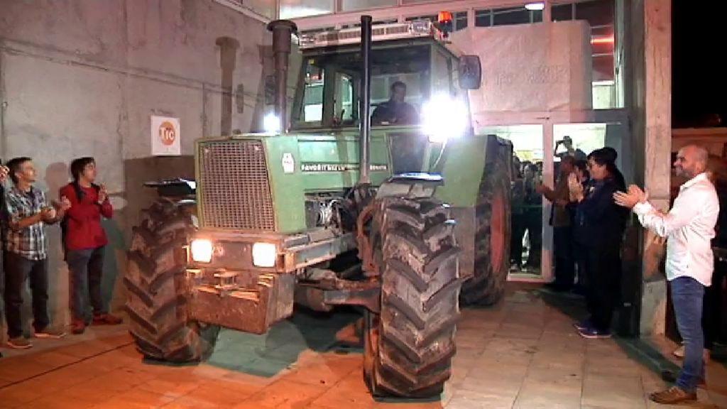 Bloquean con un tractor el colegio de Puigdemont para evitar la acción de los Mossos