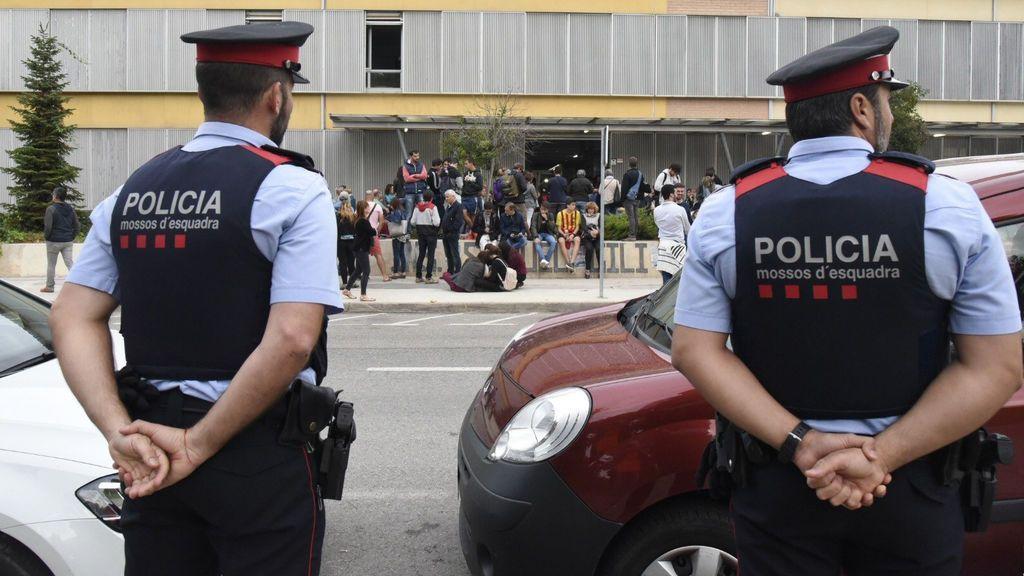 Los Mossos a las puertas de un centro electoral