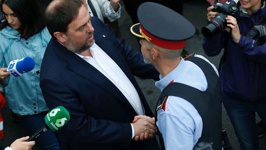 Oriol Junqueras saluda a un mosso cuando acude a votar