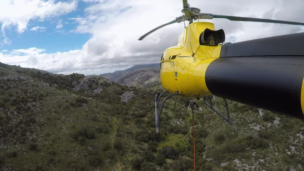 ¡Tensos momentos!: El helicóptero del equipo sube una tonelada de carga a la montaña