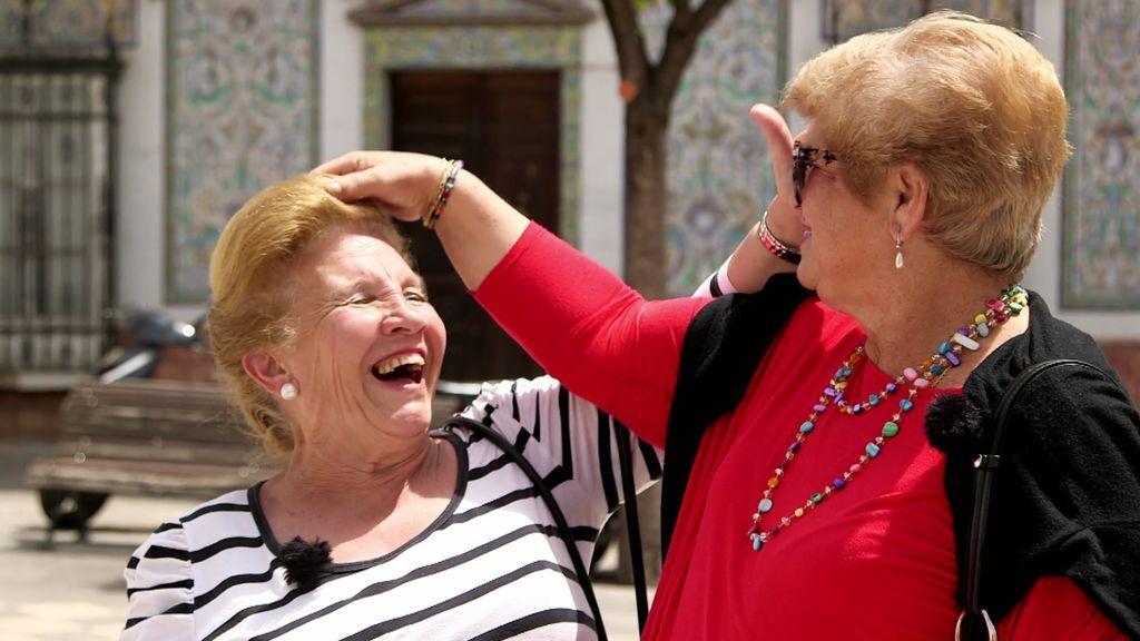 Calleja vacila con humor a una señora del pueblo… ¡Por el exceso de laca!