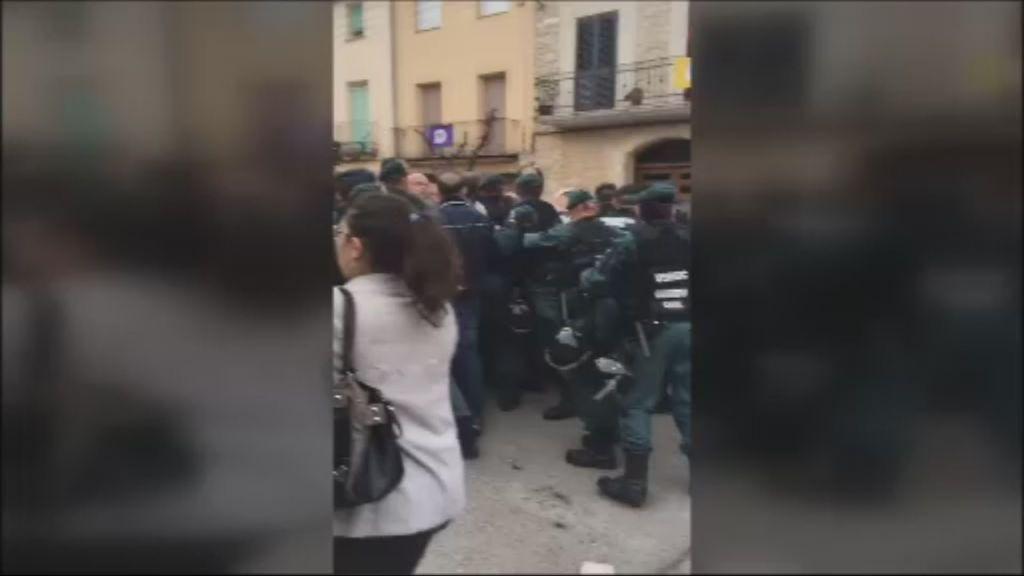La Policía Nacional dispersa a la multitud con disparos al aire de pelotas de goma en Lleida