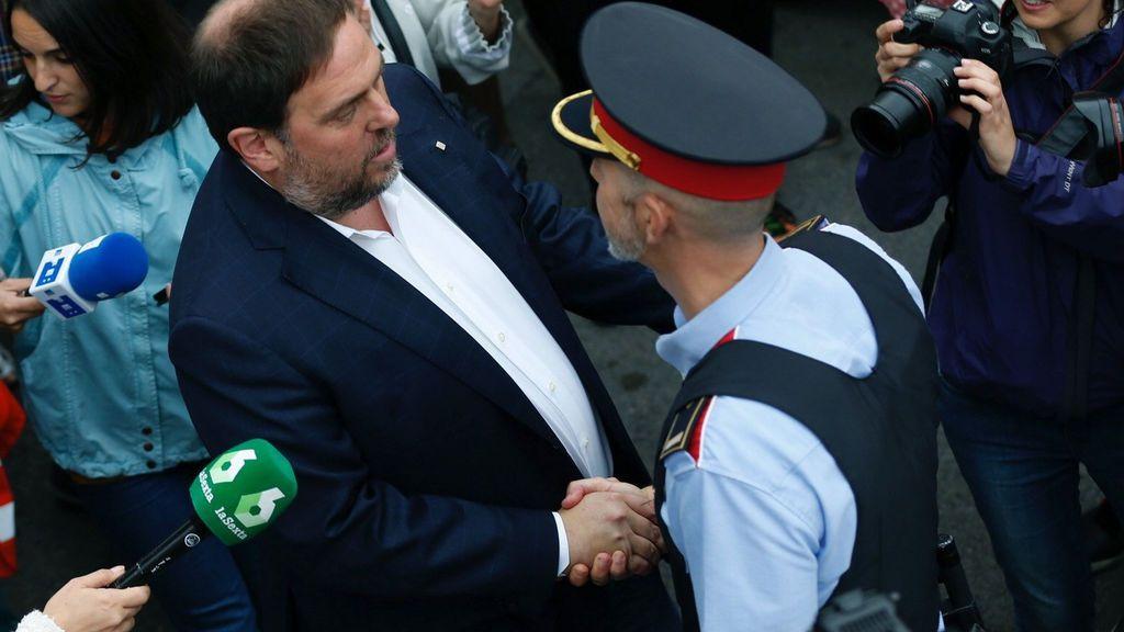 Referéndum 1-O: Oriol Junqueras saluda a un mosso cuando acude a votar