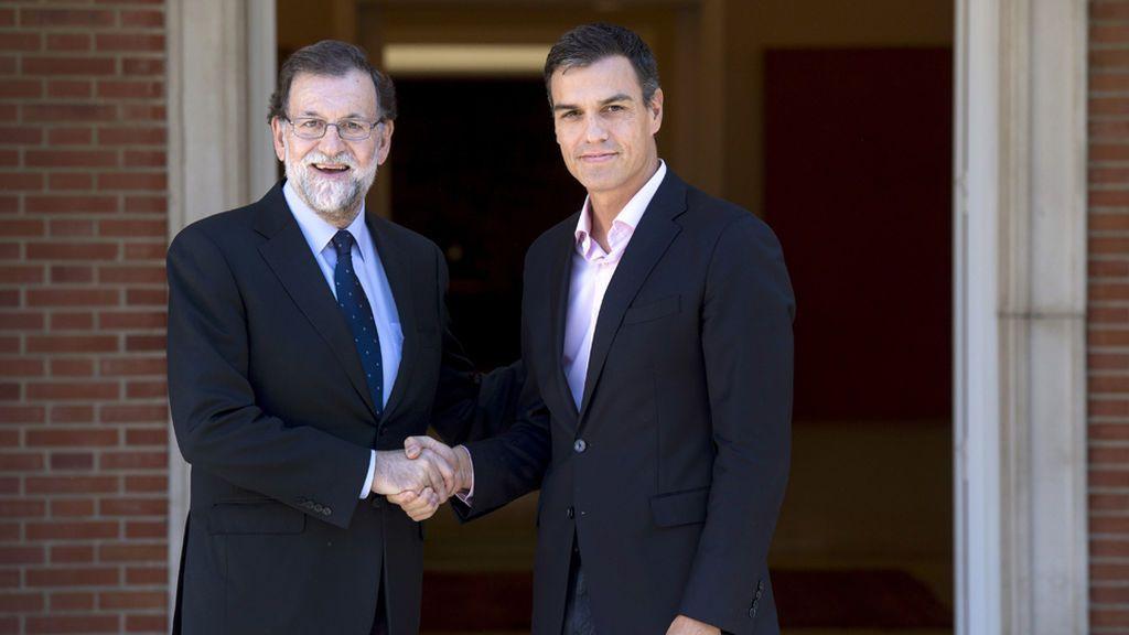 """Sánchez pide a Rajoy contar con Podemos y negociar """"inmediatamente"""" con Puigdemont"""
