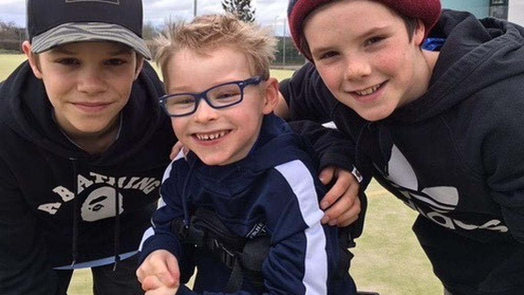 El lado más solidario de los hijos de Beckham: embajadores de un equipo de fútbol para niños con parálisis cerebral