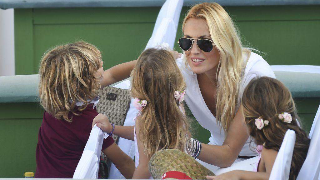 Al tenis se va en familia: Carolina Cerezuela, con Daniela, Carla y Carlos, emocionados por ver a 'papá Moyá'