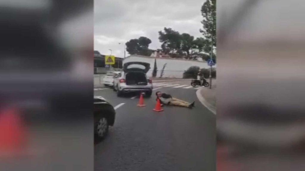 Un hombre se tira en mitad de una carretera de acceso a Barcelona y para el tráfico
