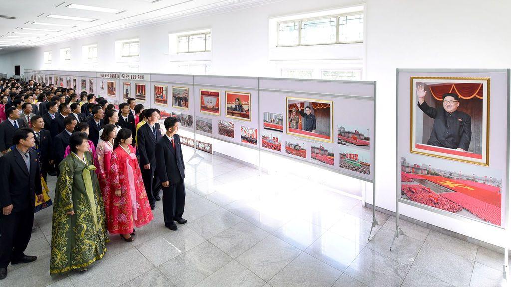 Exposición fotográfica por el 20 aniversario de la elección de Kim Jong-il