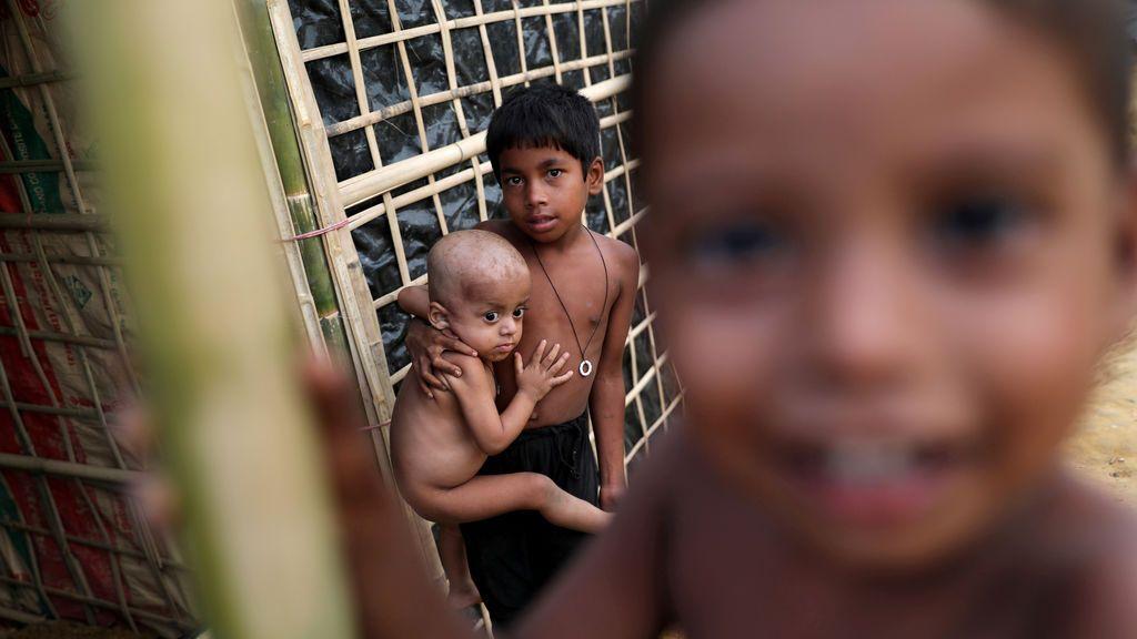 Niños refugiados rohingya miran a la cámara en el campo de refugiados de Kutupalang