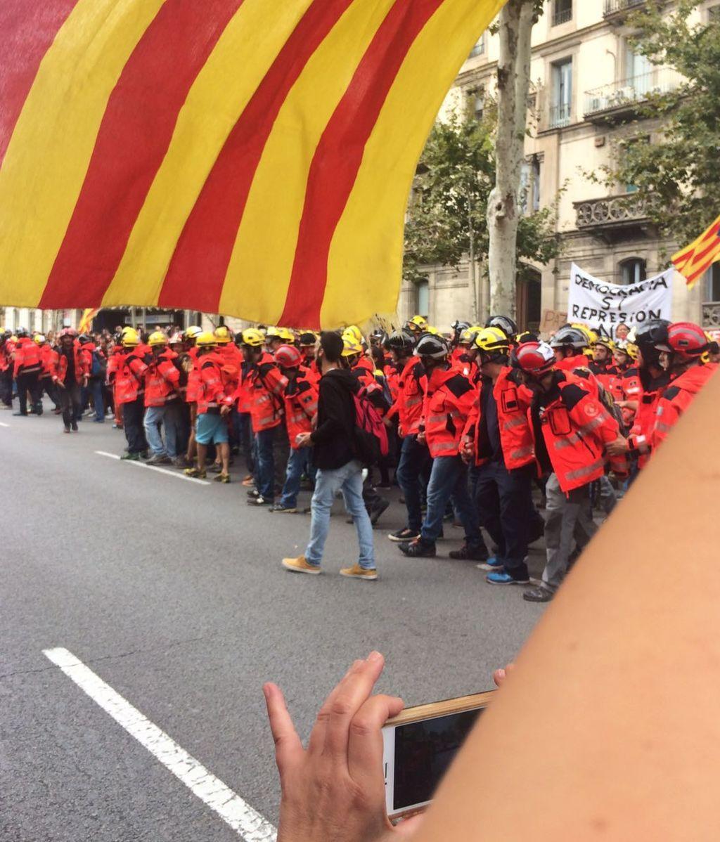 Los bomberos se unen a la manifestación de Barcelona  y hacen un largo cordón