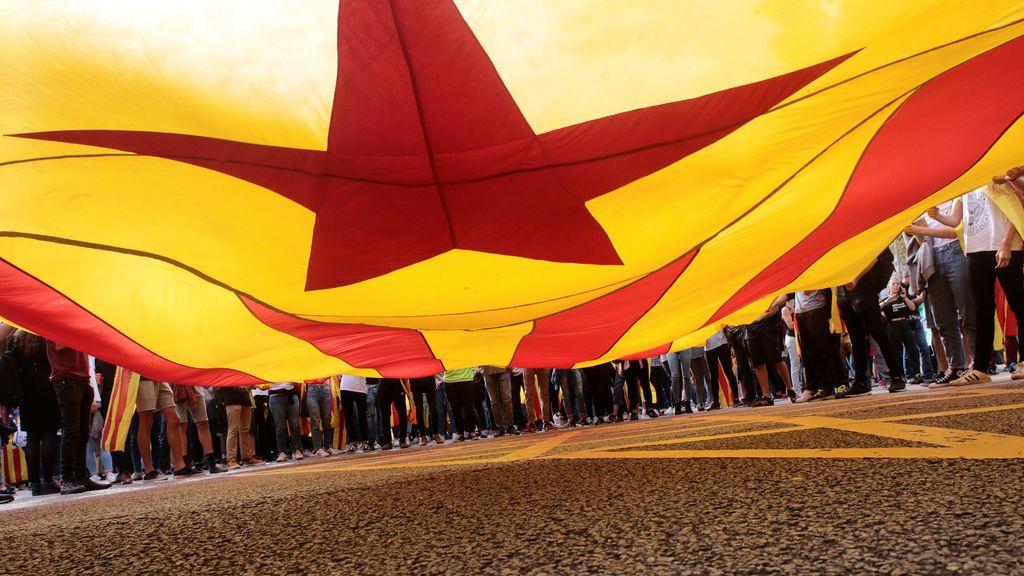 Miles de estudiantes marchan por el centro de Barcelona