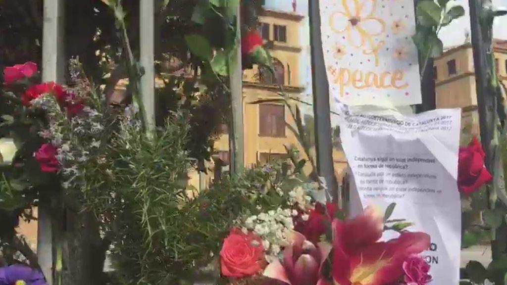 Flores y carteles a las puertas del instituto Ramón Llull