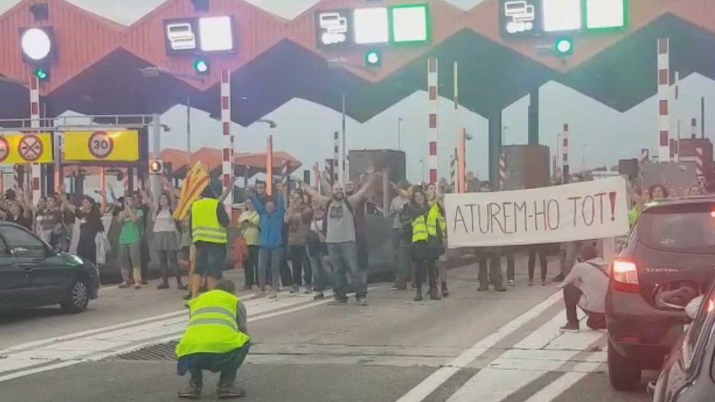 Cortado el peaje de C-32, en Vilassar de Dalt por los huelguistas catalanes