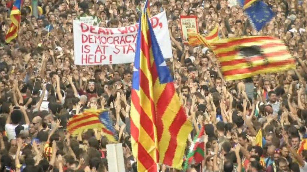 Miles de personas frente a la Jefatura de Policía cortan la Vía Laietana