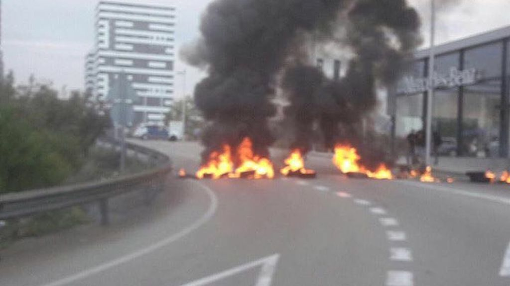 Piquetes cortan con neumáticos ardiendo algunos accesos a Tarragona