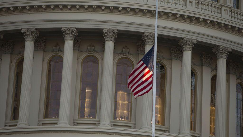Bandera a media asta en el Capitolio