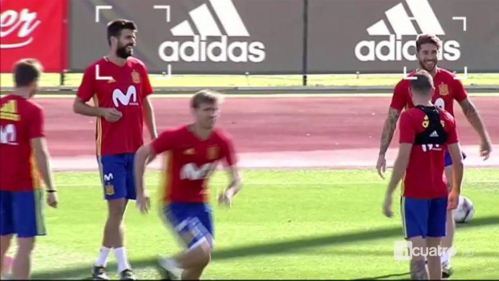 Así defienden juntos Piqué y Ramos en el rondo de La Roja: risas y buen rollo