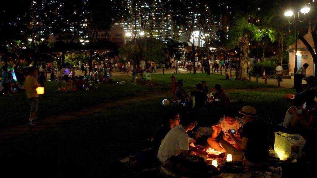 Vecinos encienden velas para celebrar el Festival de las Linternas
