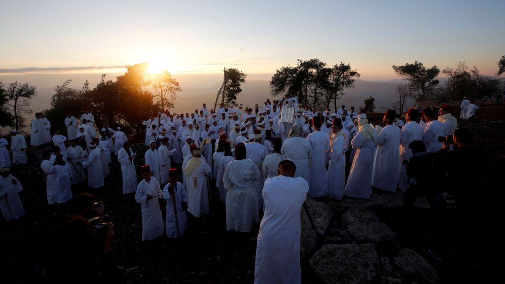 Miembros de la comunidad samaritana participan en una tradicional peregrinación que marca la fiesta de Sukkot