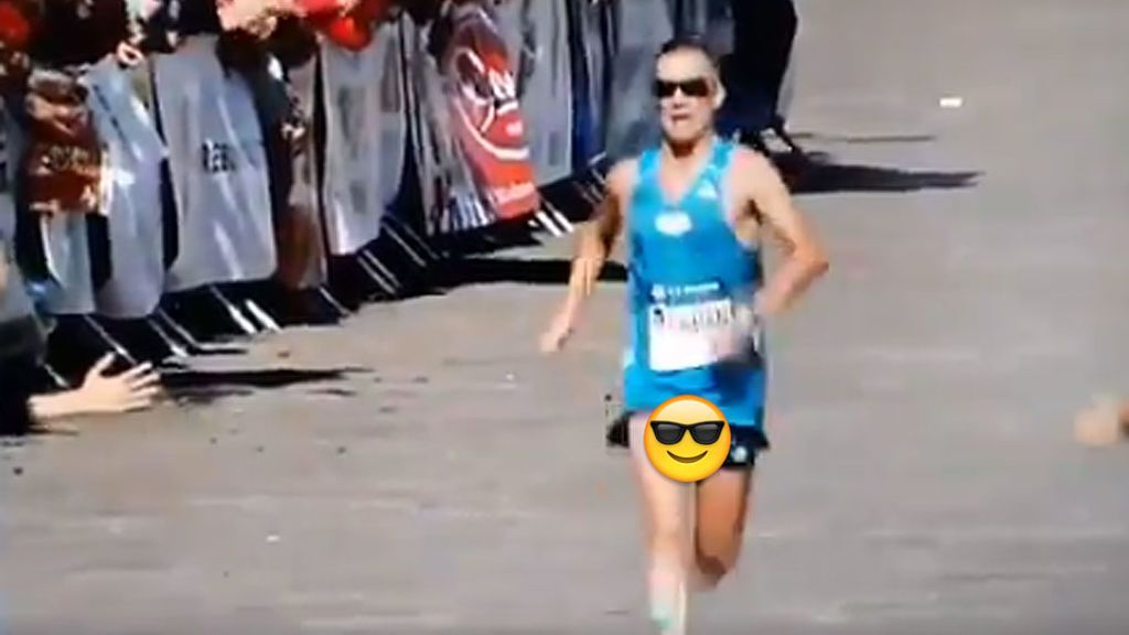 ¡Se le rompe el pantalón corriendo una maratón y no se da cuenta ni al cruzar la meta!