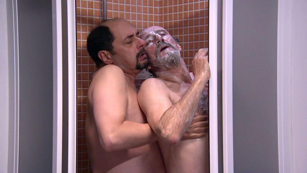 Brokeback Mountepinar: ¿Qué hacen Recio y Enrique enjabonándose en la ducha?