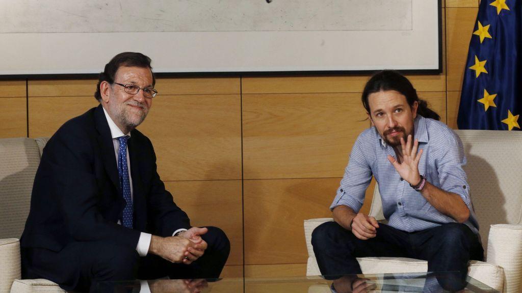 Rajoy dice a Iglesias que no puede dialogar con Puigdemont si no renuncia a la DUI